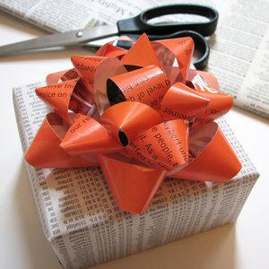 Jak stworzyć kokardę na prezent z pasków papieru?