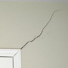 Jak poradzić sobie z pękniętą ścianą?