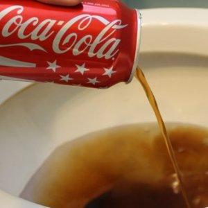 Czyszczenie toalety coca colą