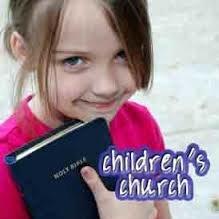 Pięcio- i sześciolatek w kościele