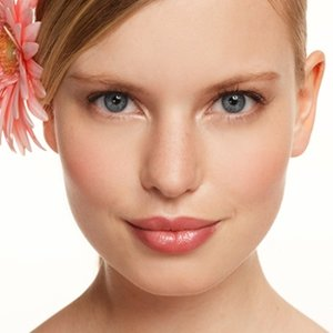 Jak wykonać rozświetlający makijaż?