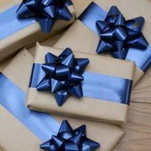 Jak wykonać kokardę na prezent ze wstążki?