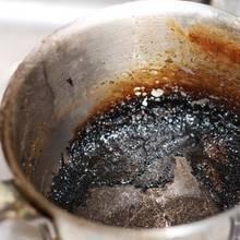W jaki sposób wyczyścić przypalony garnek?