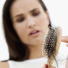 Jak domowymi sposobami powstrzymać wypadanie włosów?