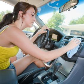 Jak dokładnie wysprzątać samochód na wiosnę?