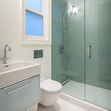 Jak zaaranżować małą łazienkę, by wydawała się większa?