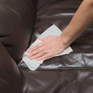 Jak czyścić meble skórzane?