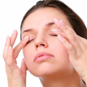 Łzawiące oczy – jak im pomóc domowymi sposobami?