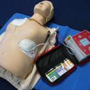 W jaki sposób używać podręcznego defibrylatora (AED)?