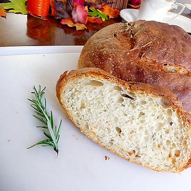 Przepis na domowy chleb rozmarynowy