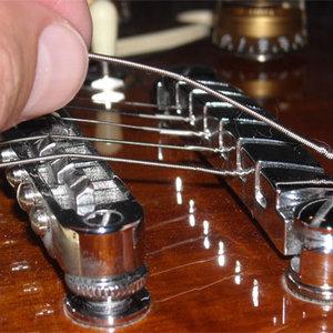 Zakładanie strun do gitary
