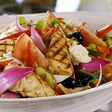 Przepis na sałatkę grecką z dodatkiem kurczaka