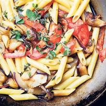 Przepis na pomidorowe danie makaronowe z bakłażanem