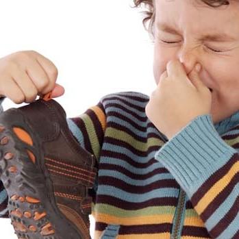 Jak poradzić sobie z nieprzyjemnym zapachem stóp?
