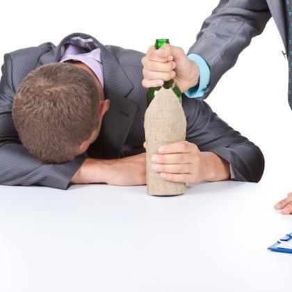 Jak wytrzymać w pracy, będąc na kacu?