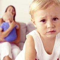 Zazdrość o młodsze rodzeństwo – jak twoje dziecko ją okazuje?