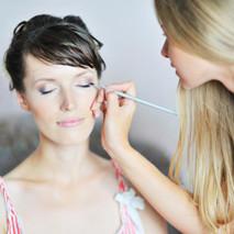 Jak wybrać odpowiednią makijażystkę?
