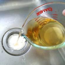 Jak użyć sody do udrożnienia zlewu?