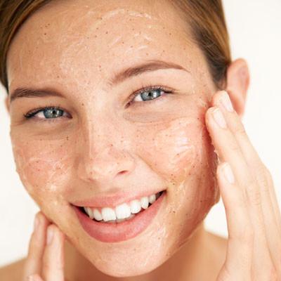 Domowe sposoby na peelingi do twarzy