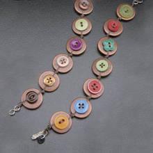 Jak wykonać bransoletkę z naszytych na mankiet guzików?