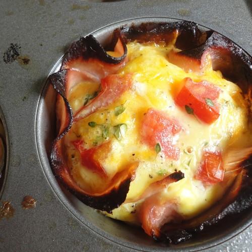 Przepis na jajka zapiekane z szynką i żółtym serem