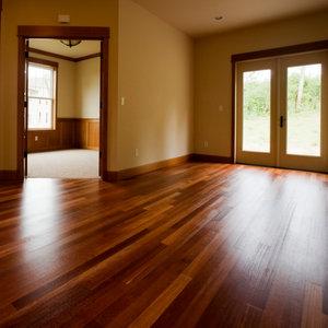 Jak konserwować podłogę lakierowaną?