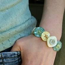 Jak zrobić bransoletkę z guzikami?