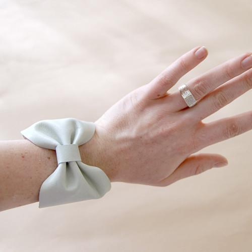 Jak stworzyć bransoletkę o kształcie kokardki?