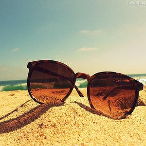 Pomadka ochronna, okulary przeciwsłoneczne, spray do włosów