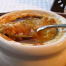 Przepis na zupę cebulową z białym winem