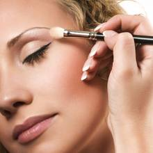 Jak przygotować twarz przed zrobieniem makijażu, by ukryć niedoskonałości?