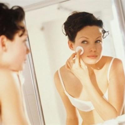 Jakie zabiegi kosmetyczne i pielęgnacyjne warto wykonać przed snem?