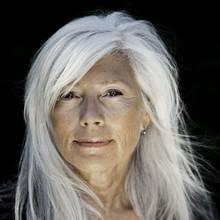 W jaki sposób pielęgnować siwe włosy?