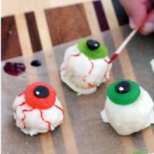 Jak przygotować ciekawą przekąskę na Halloween – serowe oczy?