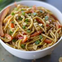 Pyszne spaghetti z sosem sojowym i masłem