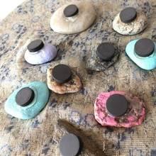 Jak wykorzystać kamyki do zrobienia magnesów na lodówkę?