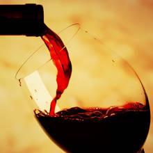Jak otwierać wino bez użycia korkociągu?