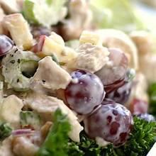 Smaczna sałatka z kurczakiem i winogronami