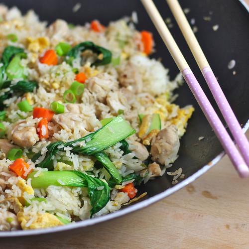 Smaczny ryż z pieczonymi warzywami