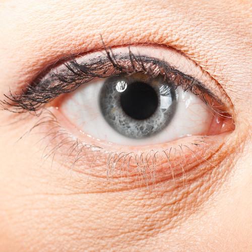 Jak skutecznie pielęgnować skórę pod oczami?
