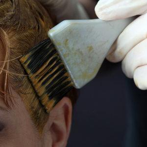Jak szybciej zmyć szamponetkę z włosów?