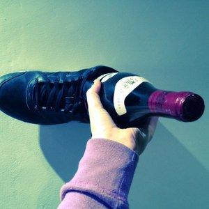 Jak wyjąć korek z butelki bez użycia korkociągu?