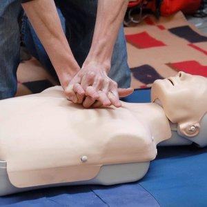 Jak wykonać masaż serca?