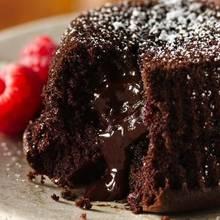 Zimowy przysmak – czekoladowy deser z winem i cynamonem