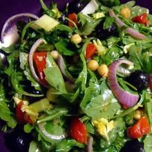 Przepis na zdrową sałatkę śródziemnomorską