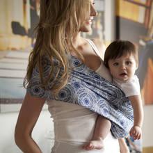 Jakie są zalety noszenia dziecka w chuście?