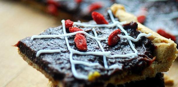 Słodki mazurek z polewą czekoladową