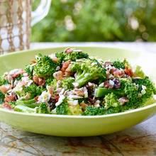 Zaskakująca sałatka z brokułami i rodzynkami