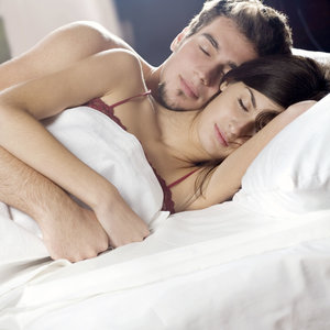 Co mówi o związku pozycja, w jakiej para śpi?