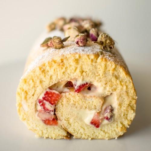 Pyszny deser – rolada z bitą śmietaną